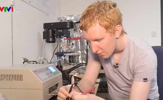 Nhà phát minh trẻ tuổi chế tạo vệ tinh từ phòng ngủ