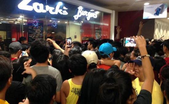 Hàng trăm người chen lấn, giẫm đạp để mua đồ ăn nhanh giá sốc tại Philippines