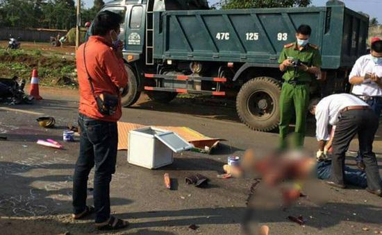 Tông vào chó ngã xuống đường, 2 vợ chồng bị xe ben cán tử vong