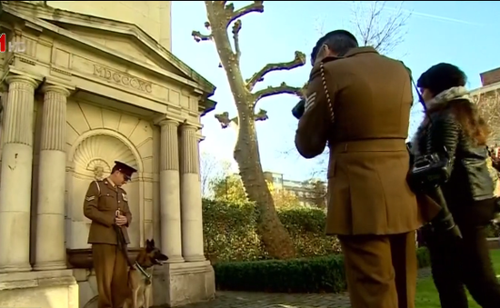 Anh trao huy chương cho chú chó dũng cảm