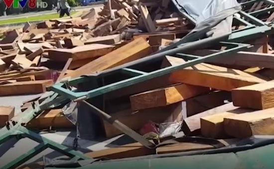 Thoát nạn hy hữu khi xe container lật