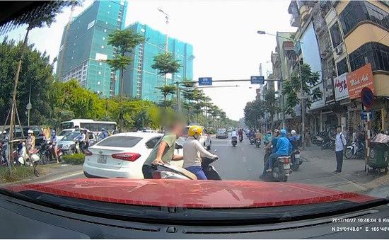 Ông Tây nhấc bổng xe máy của người phụ nữ thiếu ý thức tham gia giao thông