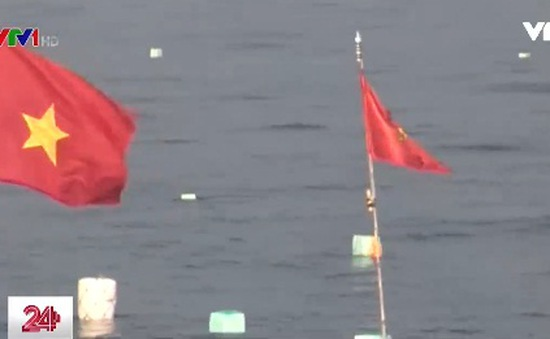 Ngư dân gắn lá cờ đỏ sao vàng trên phao lưới