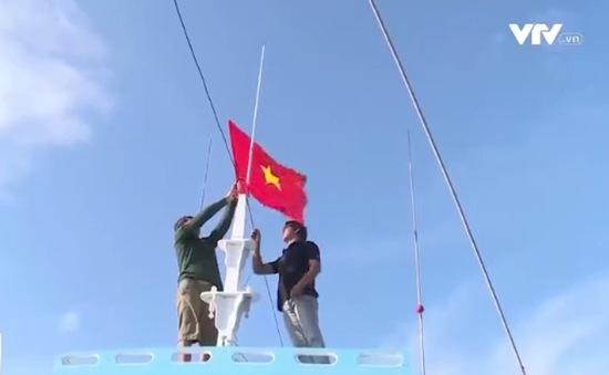 Tặng cờ cho ngư dân trên vùng biển cực Nam Tổ quốc