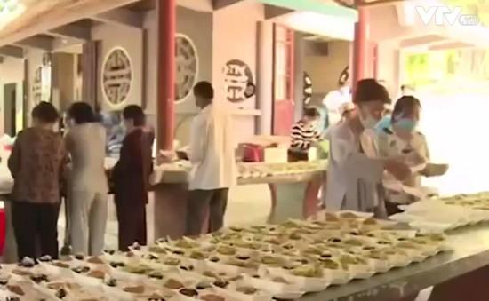 Ấm lòng những suất cơm miễn phí từ Chùa Thanh Sơn, Phú Yên