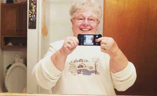 """Chết cười với cách sử dụng đồ công nghệ """"có một không hai"""" của người già"""