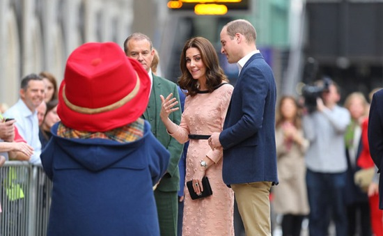 Công nương Kate khiêu vũ trên sân ga London