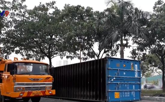 Xe container lật nhào dưới chân cầu Phú Mỹ, TP.HCM