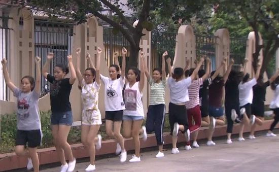 Đội cổ động tích cực tập luyện trước ngày khai mạc VTV Cup Tôn Hoa Sen 2017