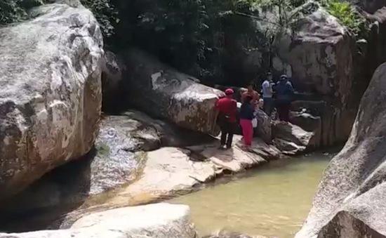 Cần xử lý dứt điểm nạn cúng bái mê tín tại suối Đá Xẻ, Khánh Hòa