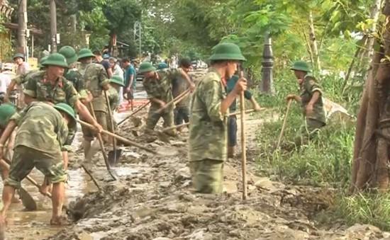 Bộ đội sát cánh cùng nhân dân khắc phục hậu quả mưa lũ