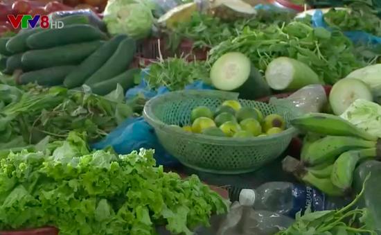 Rau xanh Đà Nẵng hư hại nặng, giá rau tăng ngất ngưỡng sau lũ