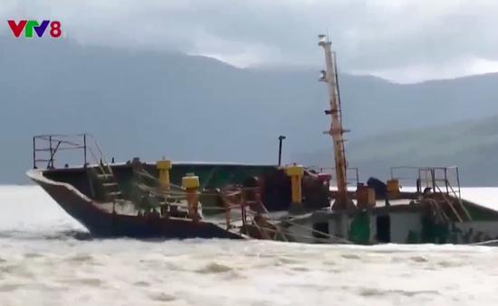 Tiếp tục hút dầu tàu hàng chìm tại cảng Quy Nhơn