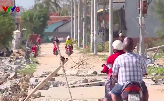 Khánh Hòa: Đường ven biển bị hư hỏng, người dân đi lại khó khăn