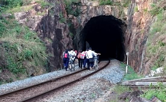 Khánh Hòa: Nguy hiểm học sinh đi qua hầm đường sắt