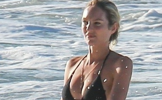 Thiên thần Victoria's Secret khoe bụng bầu trên biển