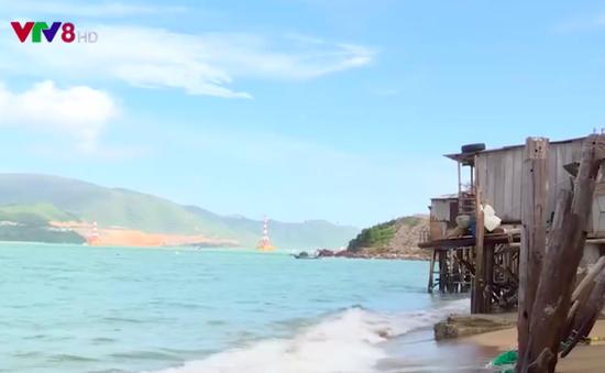 Nhà dân dọc biển Nha Trang bị đe dọa bởi sóng lớn