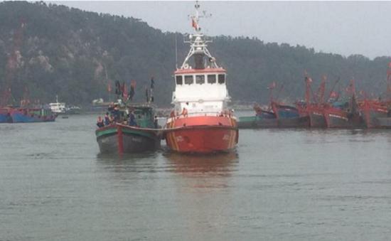 Cứu 13 ngư dân gặp nạn trên vùng biển Nghệ An