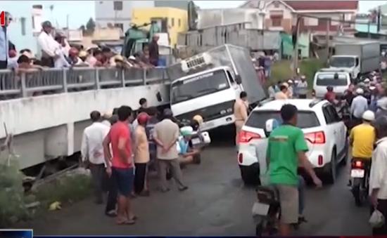 Bạc Liêu: Xe tải tuột dốc, 4 người thương vong