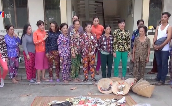 Đột kích bắt hàng chục phụ nữ đánh bạc ở Kiên Giang