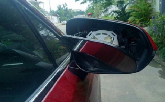 Thanh niên cầm mã tấu phá hàng chục ô tô trên đường ở TP.HCM