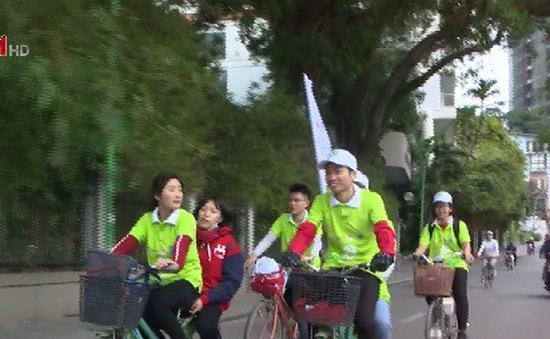 Đạp xe hưởng ứng chiến dịch nâng cao nhận thức về tăng trưởng xanh tại Hà Nội