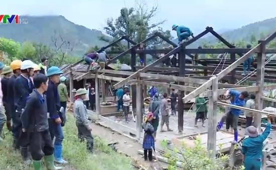 200 cán bộ chiến sĩ cùng người dân di dời nhà cửa khỏi nơi nguy hiểm