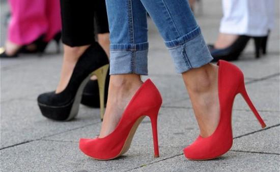 """Giày cao gót """"giết"""" chân quý cô thế nào?"""