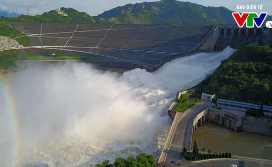 Vì sao đóng xả hồ Sơn La, mở tới 8 cửa xả hồ Hòa Bình?