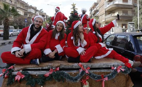 Ngắm nhìn những thiếu nữ xinh đẹp đón Giáng sinh trên khắp thế giới