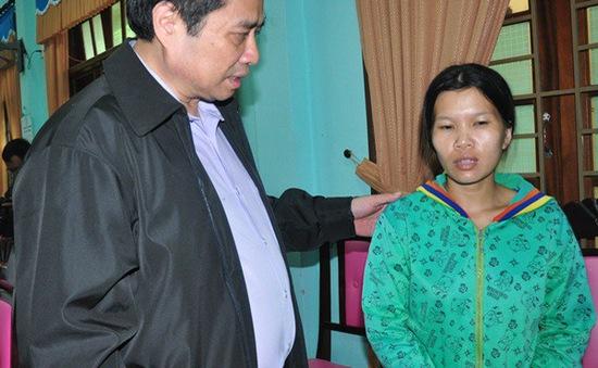 Đồng chí Phạm Minh Chính thăm bà con vùng lũ Quảng Nam