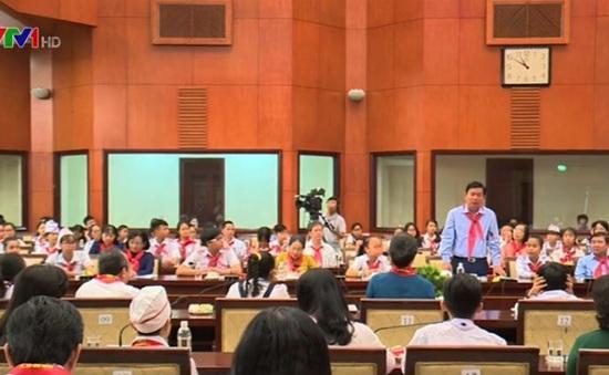 Đồng chí Đinh La Thăng gặp gỡ thanh thiếu nhi tiêu biểu TP.HCM