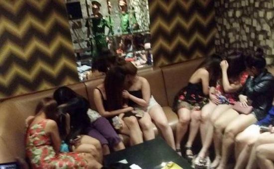 TP.HCM: Hàng trăm tiếp viên ăn mặc khiêu gợi trong các quán karaoke không phép