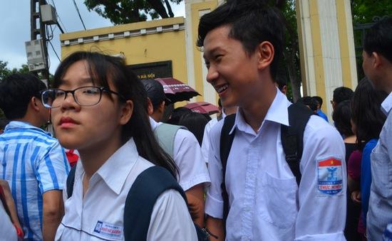 """Thi lớp 10 tại Hà Nội: Thí sinh hồ hởi vì đề Văn """"dễ thở"""", đề Toán đúng trọng tâm"""