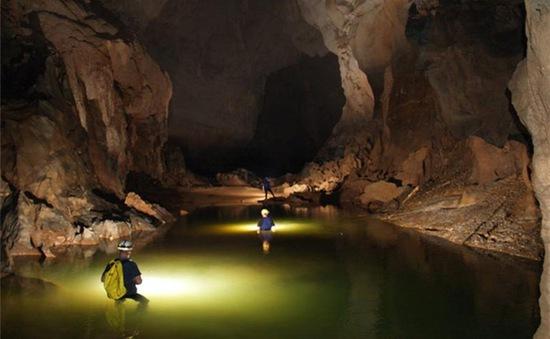 Ngỡ ngàng hành trình khám phá hang Tối ở Quảng Bình