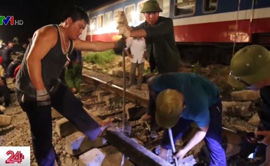 Hàng trăm công nhân trắng đêm thông tuyến đường sắt Bắc Nam sau tai nạn