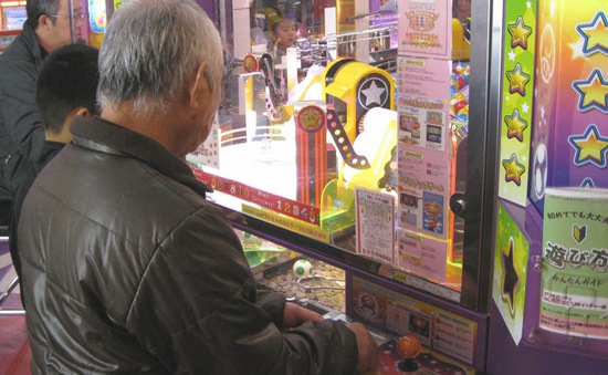 Người cao tuổi tại Nhật Bản mê chơi game