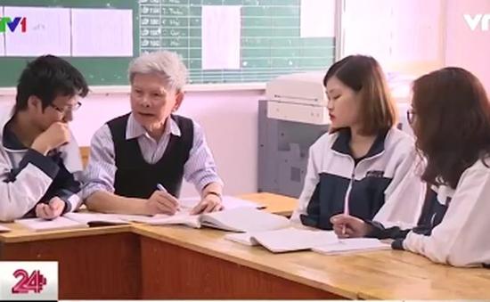 Giáo sư 84 tuổi ôn luyện tốt nghiệp miễn phí cho học sinh