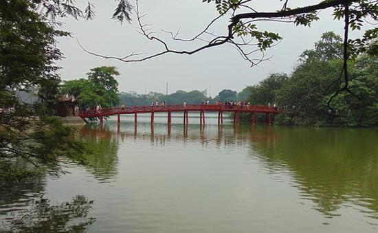 Lý giải nước hồ Hoàn Kiếm nổi váng xanh trên mặt hồ