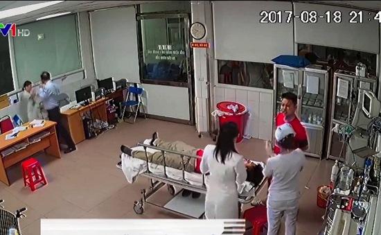 Hành hung cán bộ y tế: Bệnh nhân là người chịu thiệt hơn cả