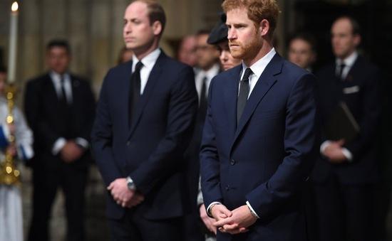 """Hoàng tử Anh Harry """"đóng băng"""" cảm xúc sau cái chết của mẹ"""