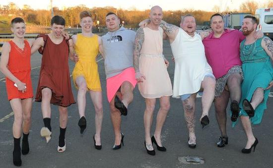 Đàn ông Mỹ đi giày cao gót tham gia sự kiện gây quỹ
