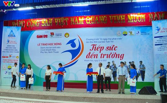 """Trao học bổng """"Tiếp sức đến trường"""" cho sinh viên nghèo khu vực Nam Trung Bộ"""