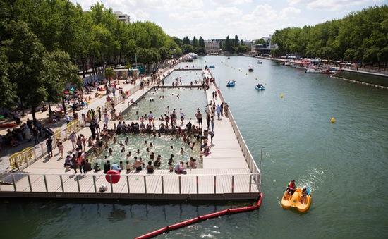 Giải nhiệt với hồ bơi nhiều tảo ở Paris, Pháp