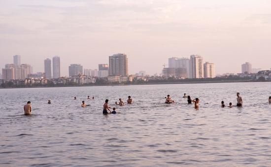 Nắng nóng ngộp thở, người dân Hà Nội đổ xô đi tắm Hồ Tây