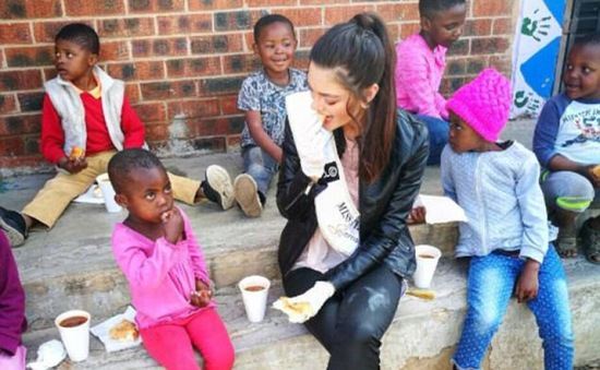 Hoa hậu Nam Phi gây phẫn nộ khi đeo găng tay gặp trẻ nhiễm HIV