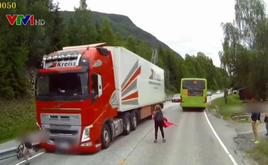 Lao như bay sang đường, em nhỏ suýt bị xe tải đâm