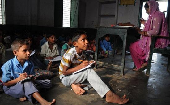 Thiếu trường, học sinh Ấn Độ phải học trong nhà vệ sinh