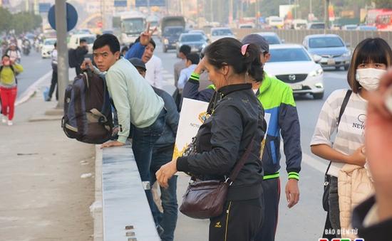 """Người dân nên bỏ thói quen đợi xe dọc đường để không còn xe """"dù"""", bến """"cóc"""""""