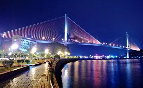 Tước bằng lái xe của 2 tài xế xe khách chèn nhau trên cầu Bãi Cháy